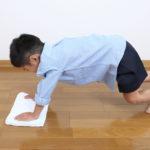 床拭きを手伝う子供